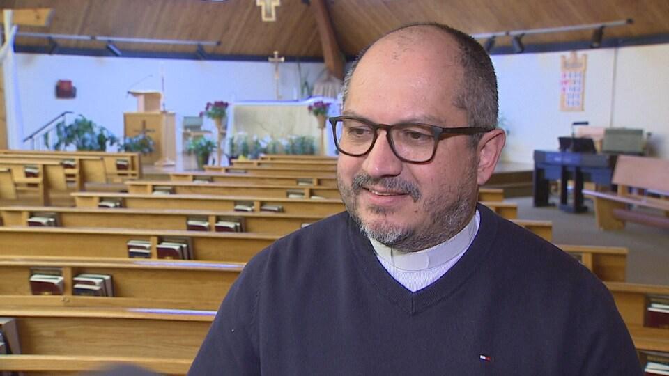 John Molina dans son église.