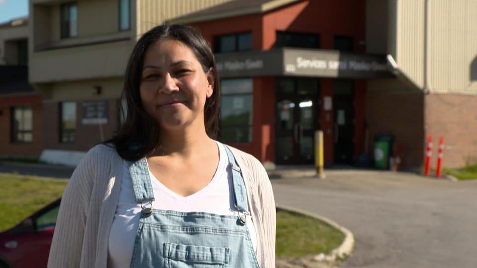 Jolianne Ottawa devant l'entrée du centre de santé.