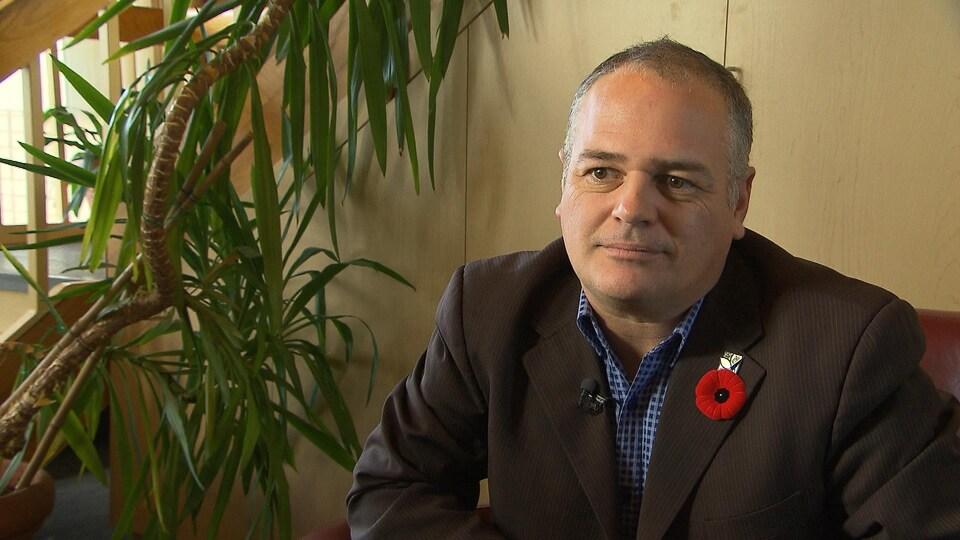 Le ministre caquiste Jonatan Julien porte un coquelicot