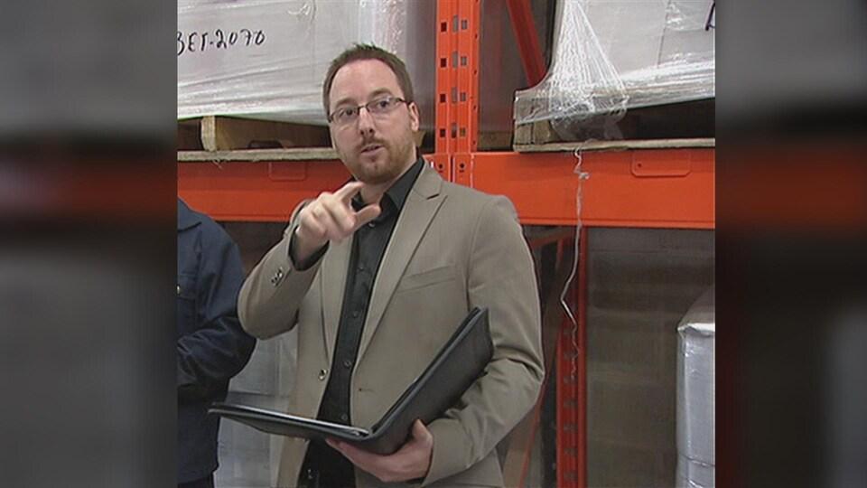 Un homme dans un entrepôt.
