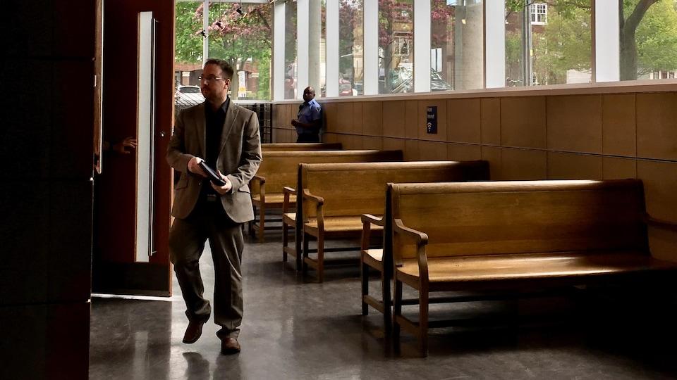Jonathan Bettez dans une salle d'attente du palais de justice de Trois-Rivières.