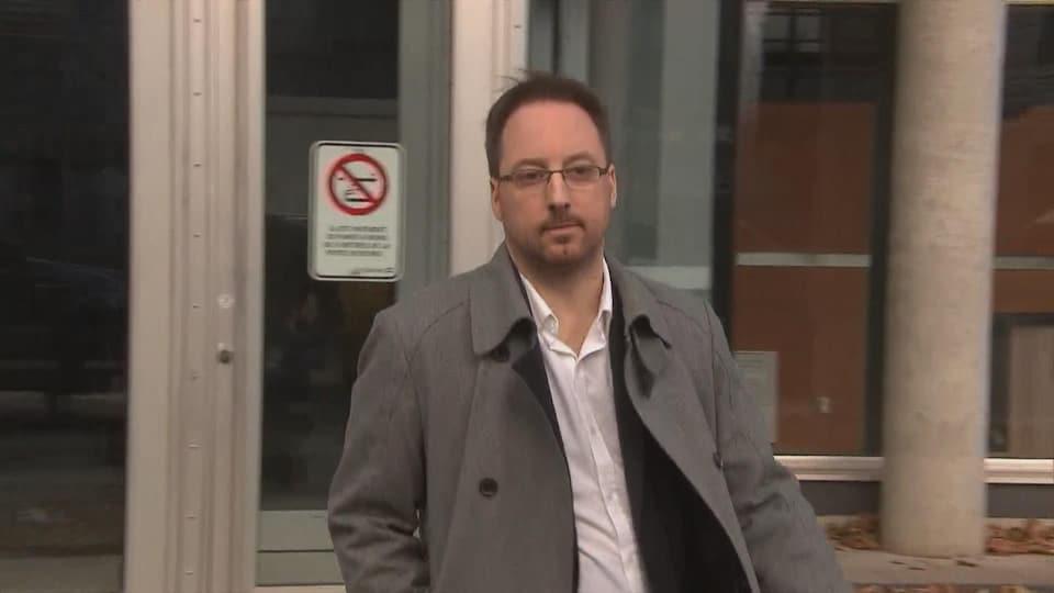 Jonathan Bettez à sa sortie du palais de justice de Trois-Rivières en décembre 2017.
