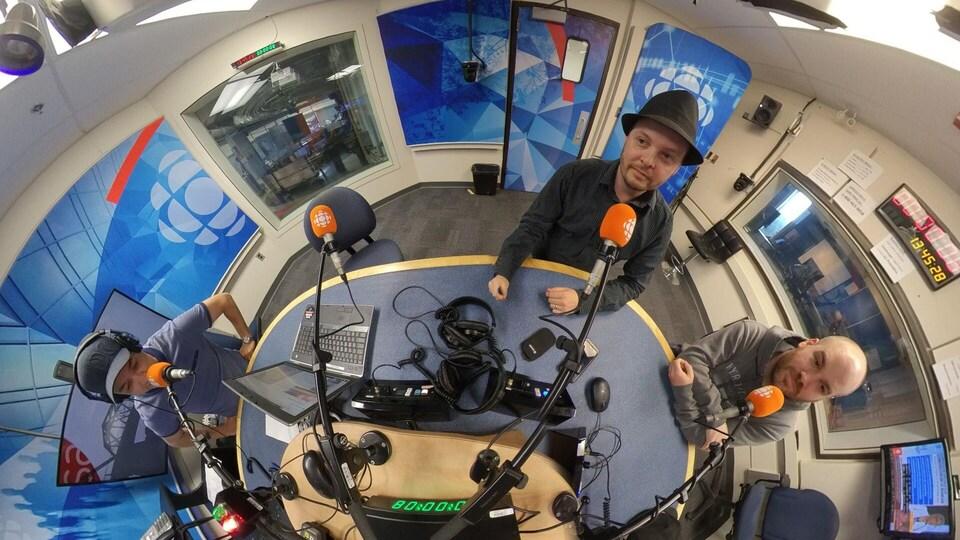 Frédéric Tremblay, Jonathan Côté et Pierre-Alexandre Buisson dans le studio radio d'ICI Saguenay-Lac-Saint-Jean.