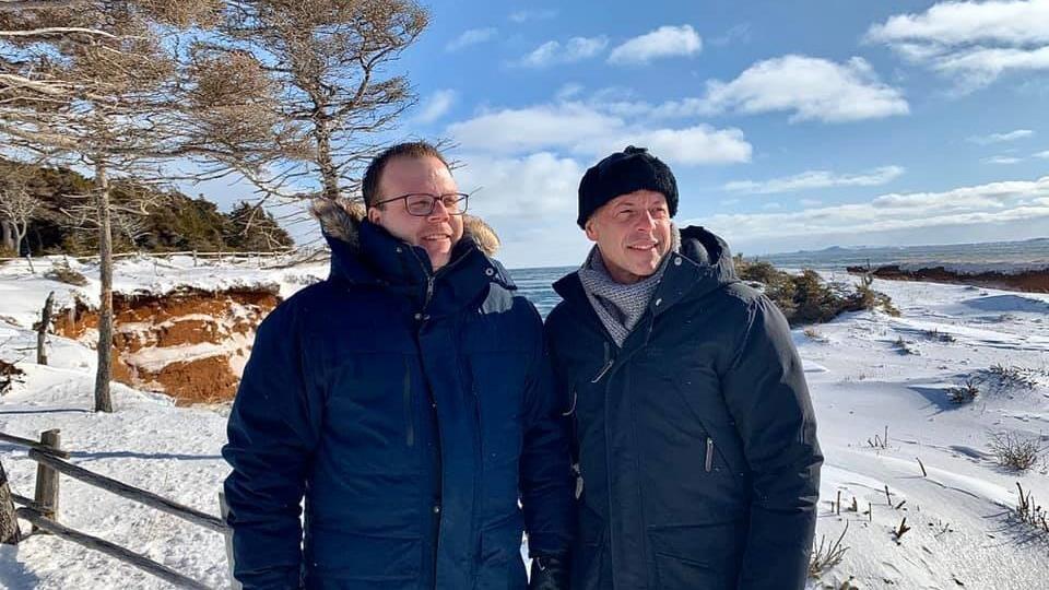 Deux hommes à l'extérieur aux Îles-de-la-Madeleine.