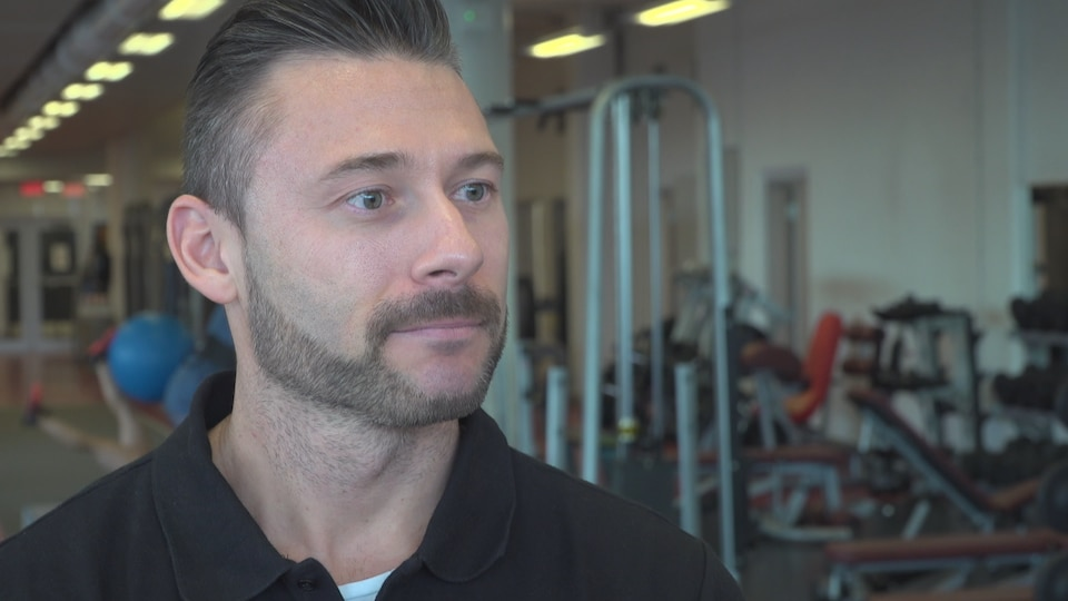 Jonathan Pelletier-Ouellet, préparateur physique de l'Association canadienne de ski acrobatique lors d'une entrevue dans un gymnase