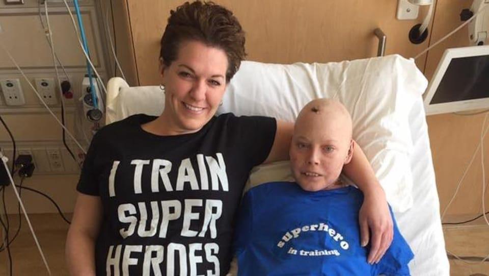 Jonathan Pitre et sa mère Tina Boileau sont assis dans un lit d'hôpital à l'hôpital de Minneapolis.