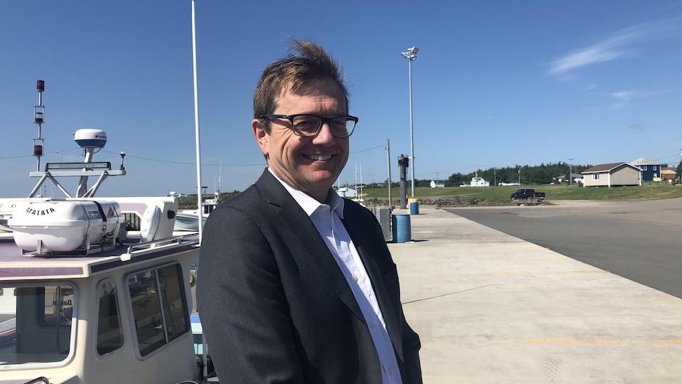 Le ministre Jonathan Wilkinson pose dans le port de Pointe-Sapin, au Nouveau-Brunswick.