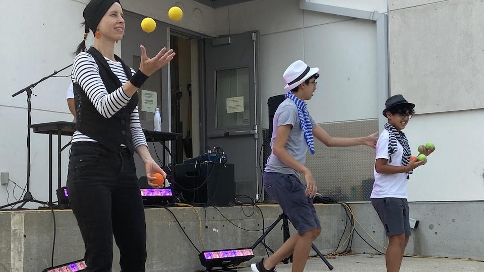 Trois jongleurs.