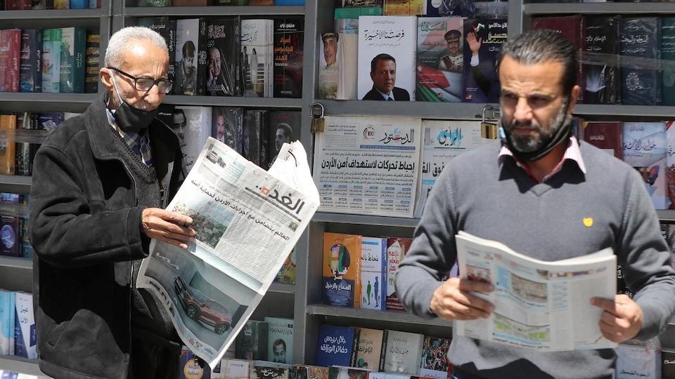Des Jordaniens lisent des journaux locaux à Amman.