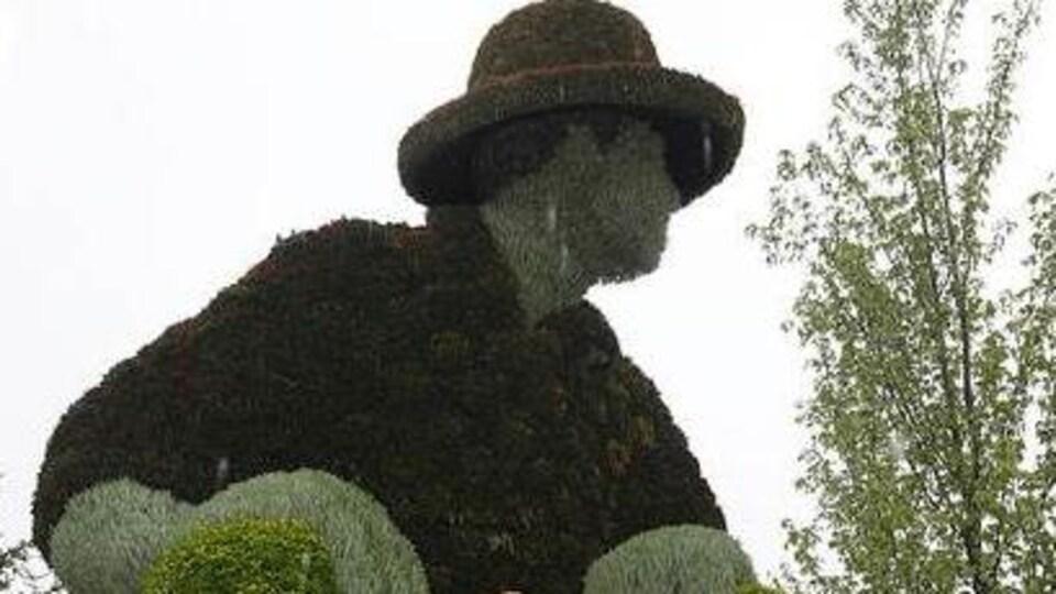 Une sculpture de Jos Montferrand faite de plantes.