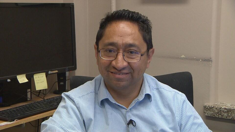 Le neurologue Jose Téllez-Zenteno dans son bureau.