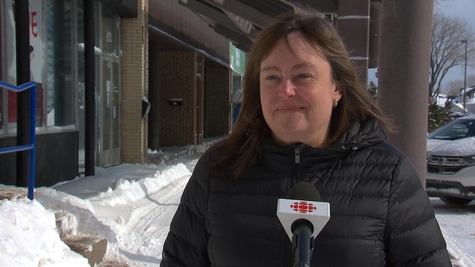 Josée Mailloux en entrevue dehors en hiver.