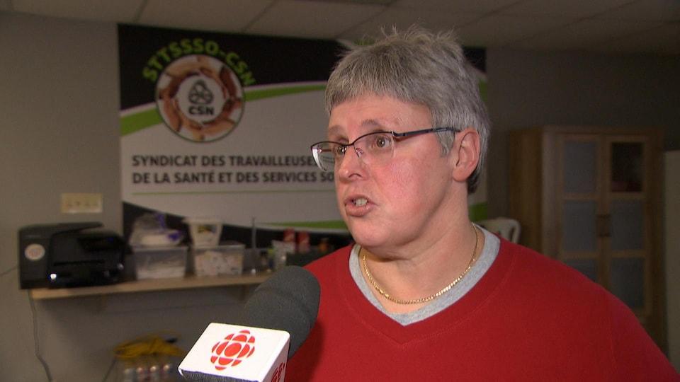 Josée McMillan en entrevue devant un micro.