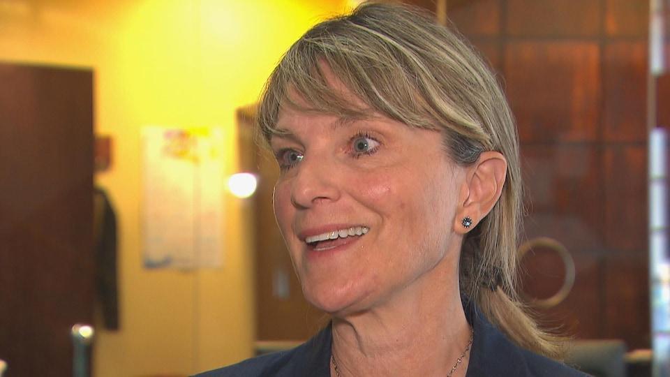 La mairesse de Saguenay, Josée Néron, est souriante.