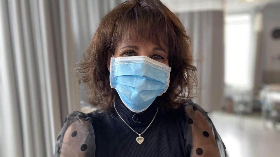 Elle porte un masque.