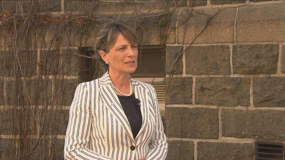 La mairesse Josée Néron en entrevue devant l'hôtel de ville de Saguenay.