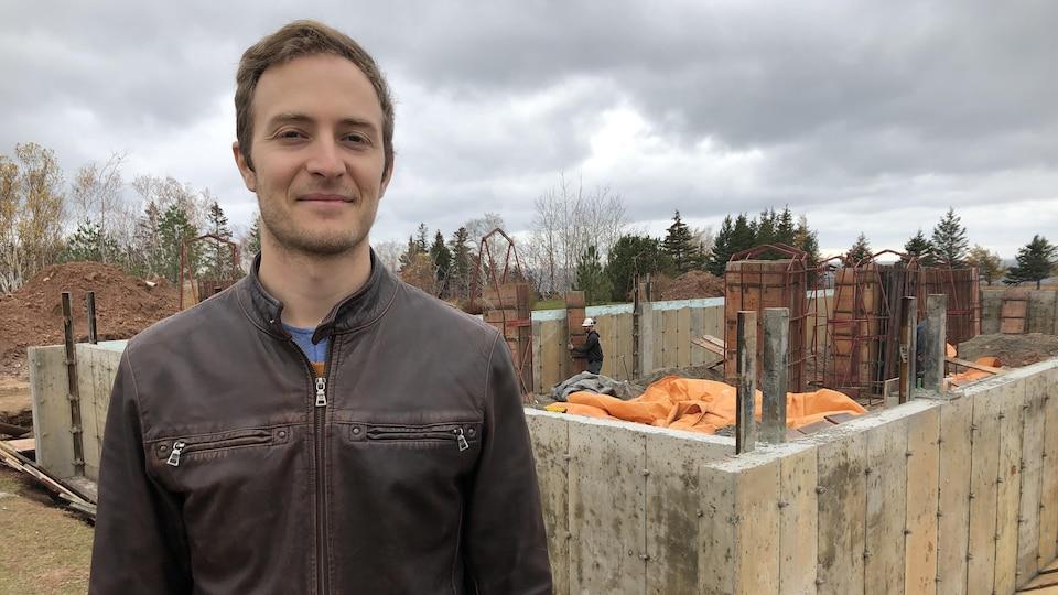 Joseph St-Denis Boulanger est photographié devant les fondations de sa future distillerie