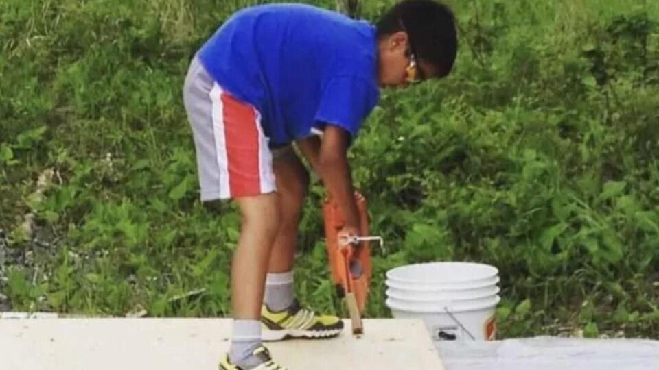 Un jeune garçon autochtone qui fait de la construction.