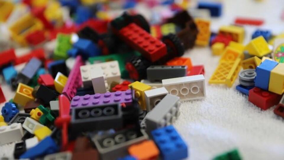 Des blocs Lego multicolores en vrac.