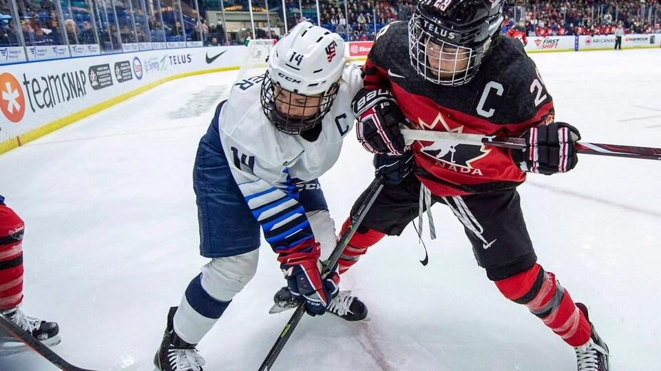 Des joueuses de hockey en pleine action.