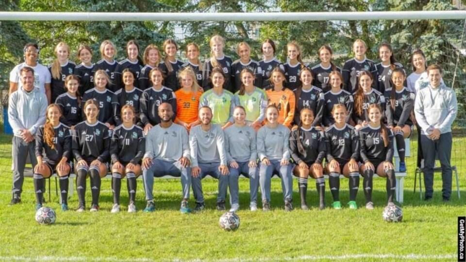 Les joueuses et les entraîneurs de l'équipe de soccer féminin des Huskies de l'Université de la Saskatchewan.