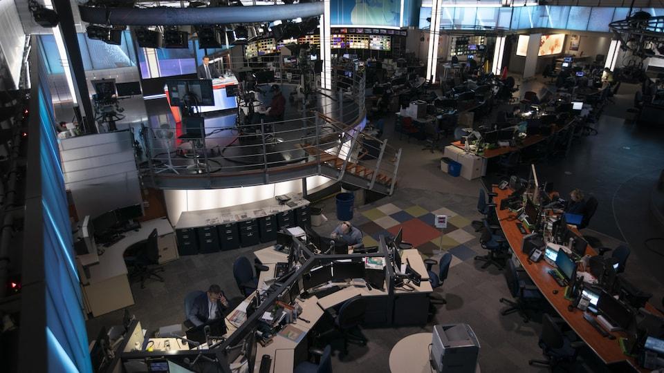 Vue générale du centre de l'information avec peu d'employés.