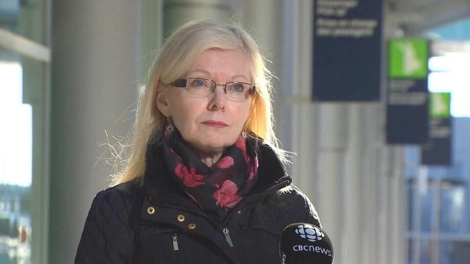 Joyce Carter en entrevue dans l'aéroport.