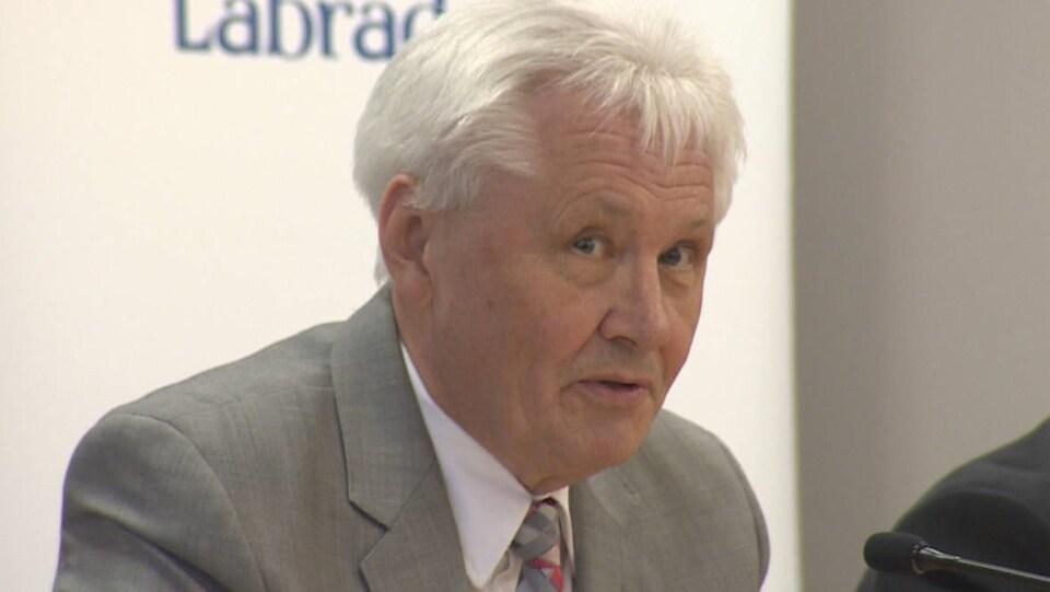 Eddie Joyce lors d'une conférence de presse.