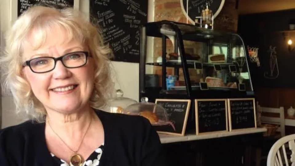Joyce Kohut dans un café.