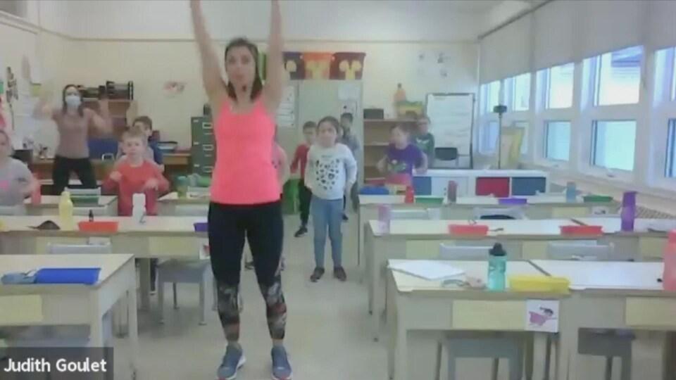 Judith Goulet enseigne un mouvement sur la plateforme Zoom. Ses élèves l'imitent derrière elle.