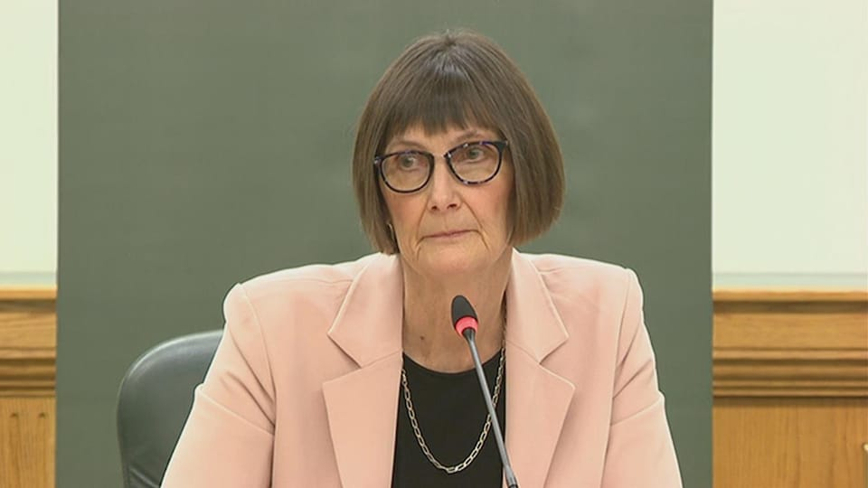 Gros plan sur le visage de Judy Ferguson, qui explique son rapport au micro.