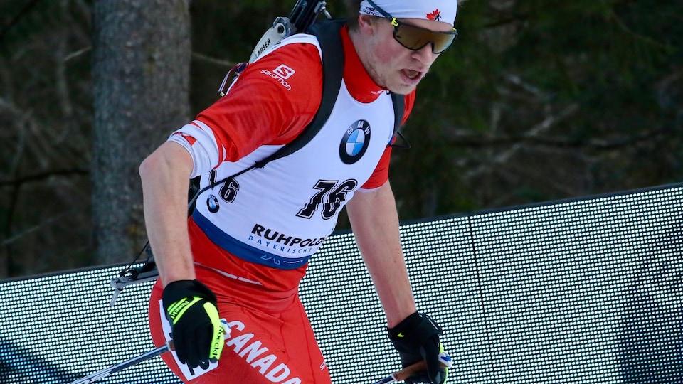 Un biathlonien en ski
