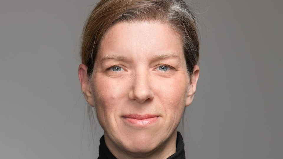 Julie Bouchard sourit.