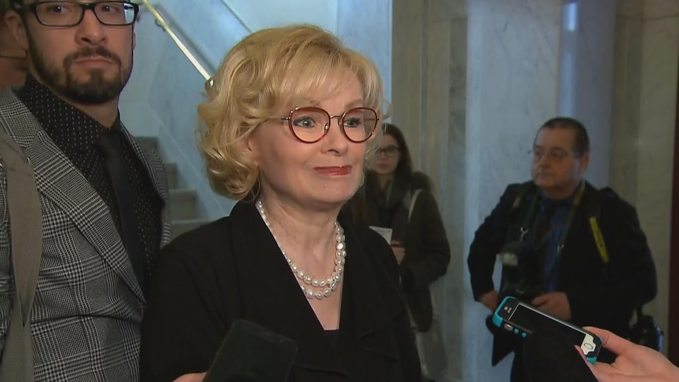 La ministre Julie Boulet interviewée dans un corridor de l'Assemblée nationale.