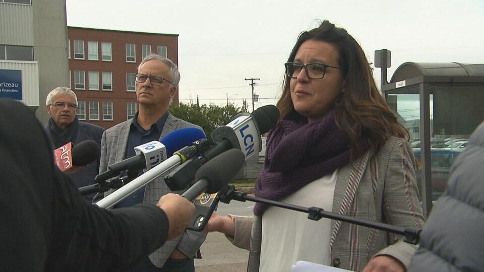 Julie Dufour parle aux médias, accompagnée de Michel Thiffault et Michel Potvin.