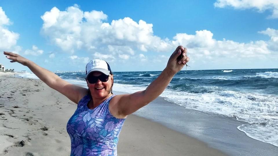 Julie Lavoie souriante, sur la plage.