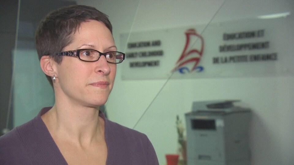 Julie Mason dans les bureaux du ministère de l'Éducation du Nouveau-Brunswick.