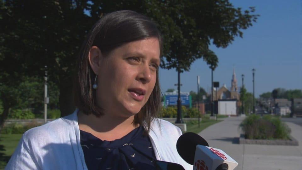Julie Morin, mairesse de Lac-Mégantic, en entrevue devant l'Église Saint-Agnès