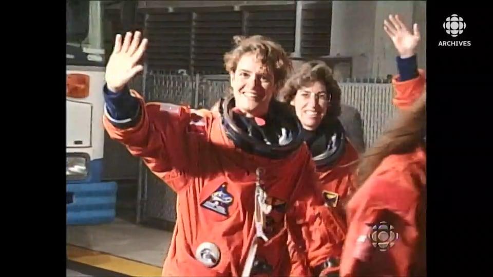 Julie Payette saluant la foule avec d'autres astronautes sur son trajet vers la navette Discovery à Cap Carnaveral.