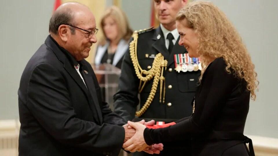 La gouverneure générale Julie Payette remet l'ordre du Canada à Fred Sasakamoose.