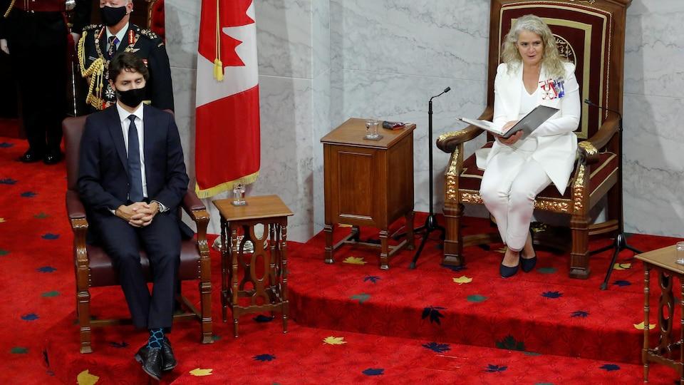 Justin Trudeau, qui porte un couvre-visage, écoute le discours du Trône lu par Julie Payette.