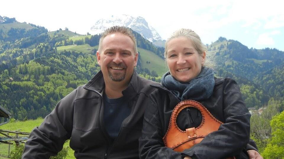 Stéphane et Julie devant des montagnes