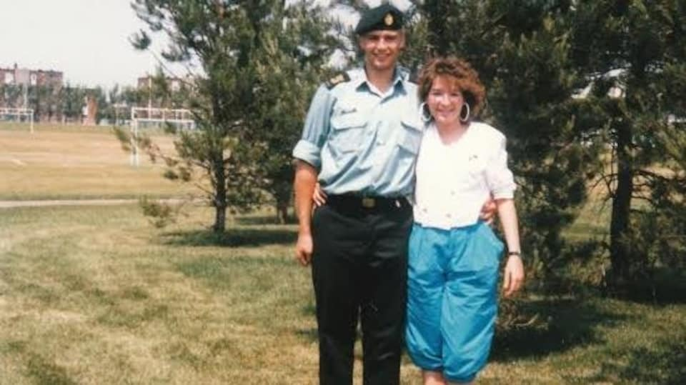 Stéphane, en habit de militaire, pose fièrement en compagnie de Julie.