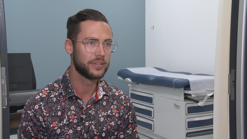Julien Charles Paradis assis dans l'une des nouvelles salles de consultation pour les gynécologues.