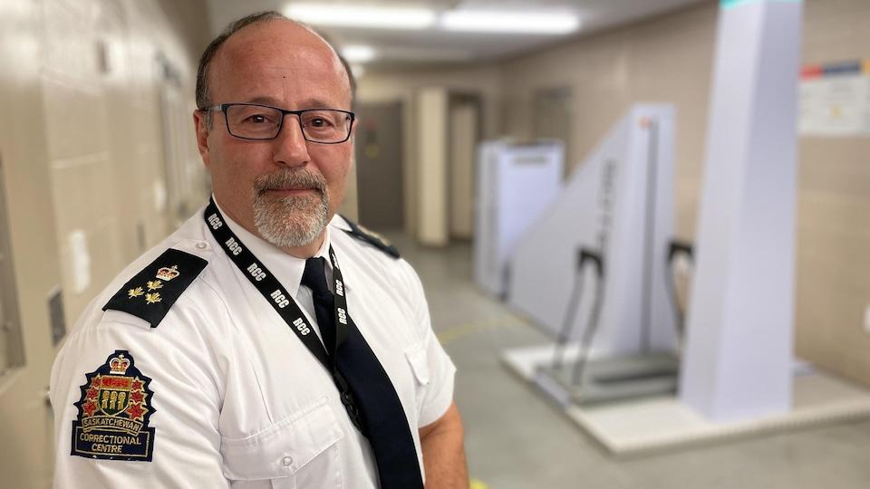 Gros plan sur le visage de Julien Hulet, qui pose devant le nouveau scanner corporel.