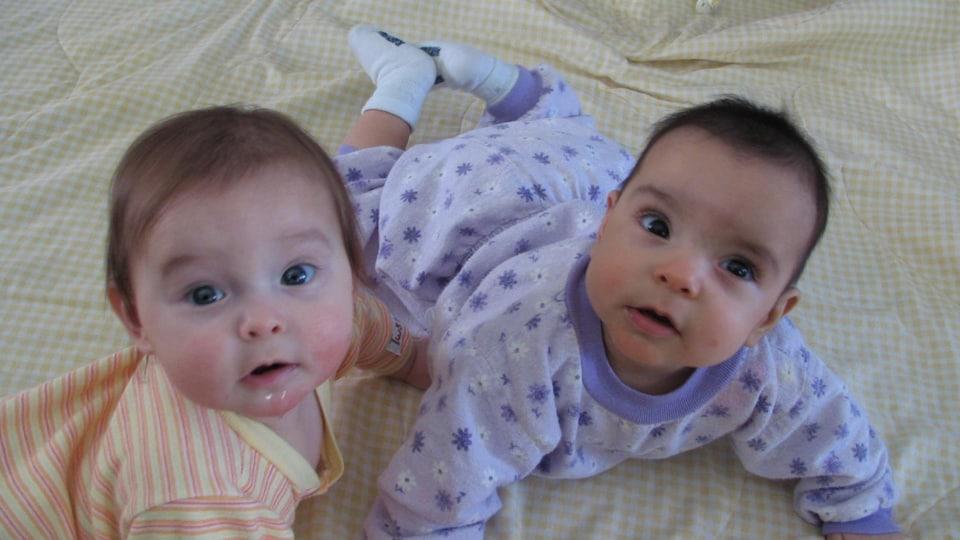 Les jumelles lorsqu'elles étaient bébés.