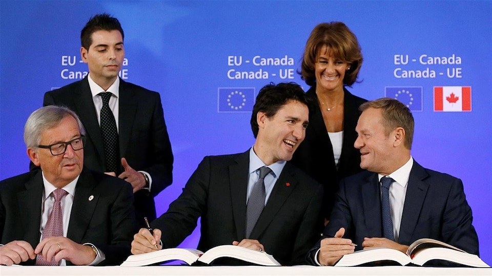 Le président de la Commission européenne Jean-Claude Juncker, le premier ministre du Canada Justin Trudeau et le président du Conseil européen Donald Tusk signent l'accord.