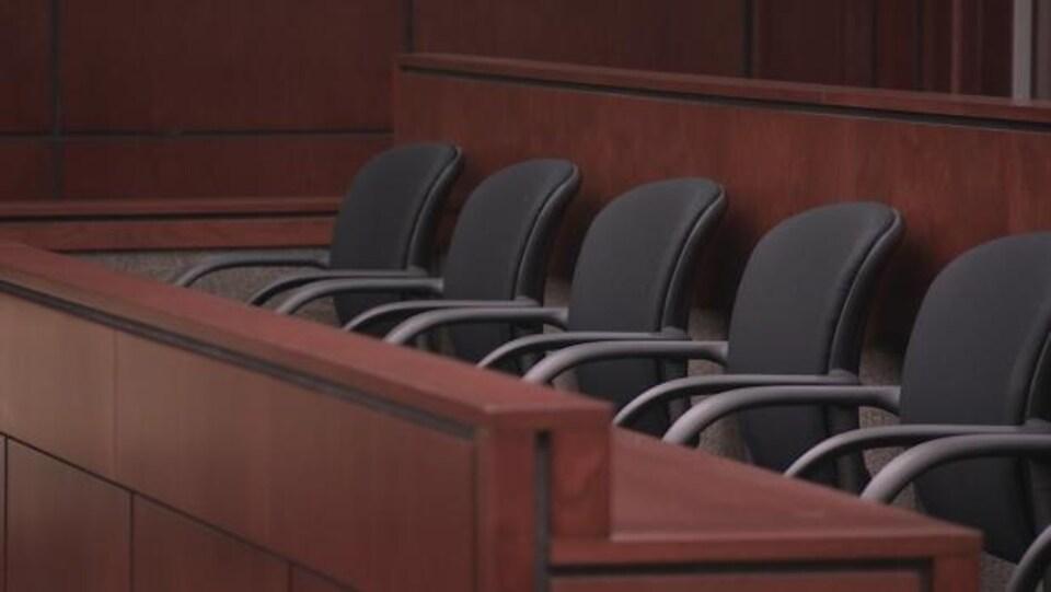 Les chaises dans le banc des jurés dans un tribunal.