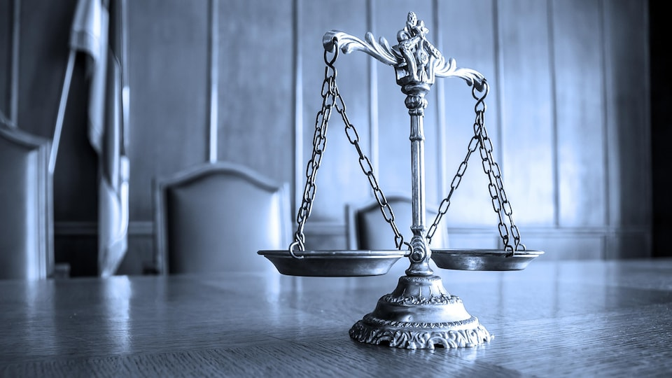 Une balance est posée sur la table d'une salle de conférence.