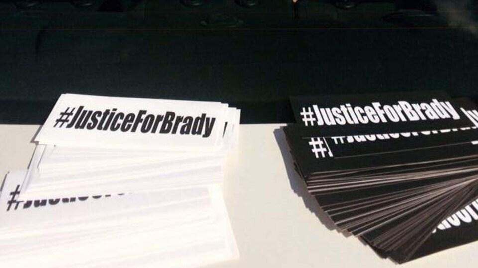 Des feuillets avec le message «Justice pour Brady» sur le capot d'un véhicule à Elsipogtog